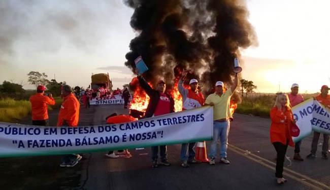 Petroleiros atearam fogo em objetos, como pneus, durante a manifestação - Foto: Sindipetro | Reprodução