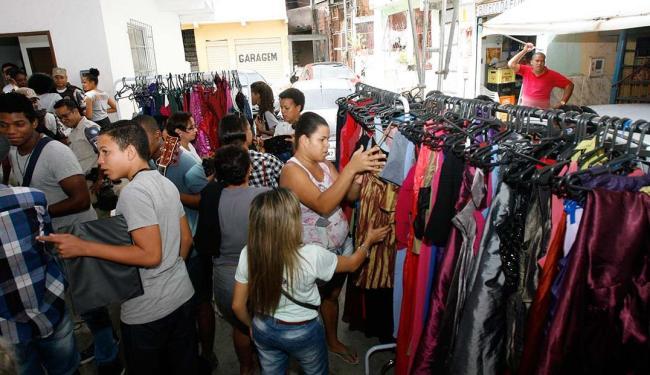 Roupas, sapatos, adereços, lanches e outros itens foram vendidos a preços simbólico - Foto: Mila Cordeiro | Ag. A TARDE