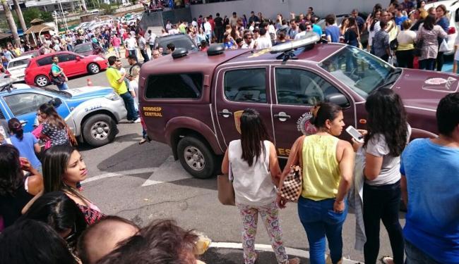 Momento de tensão de candidatos e parentes do lado de fora da instituição - Foto: Ana Paula Santos | Ag. A TARDE