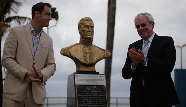 O cônsul Mariano Vergara e o secretário de Cultura e Turismo da capital, Érico Pina, entregaram a pe - Foto: Raul Spinassé l Ag. A TARDE