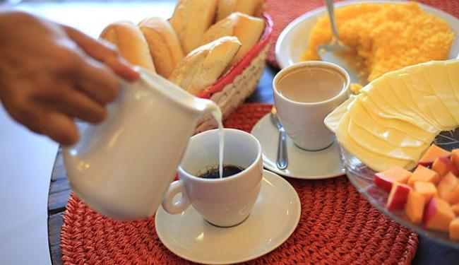 Com produtos mais caros, a mesa farta do café da manhã está ficando rara - Foto: Joá Souza l Ag. A TARDE
