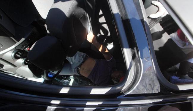 O condutor perdeu o controle da direção e o veículo capotou - Foto: Lúcio Távora   Ag. A TARDE