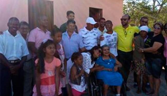 Dona Tereza (na cadeira de rodas) recebeu a casa em dia de festa - Foto: Divulgação