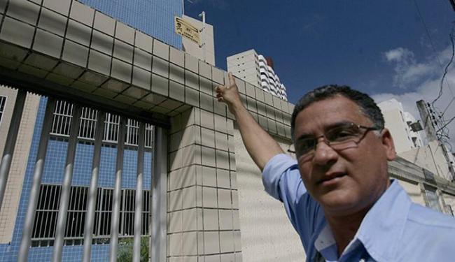Arildson Mota, fiscal do Crea-BA, aponta a placa indicativa em condomínio no Imbuí - Foto: Joá Souza l Ag. A TARDE