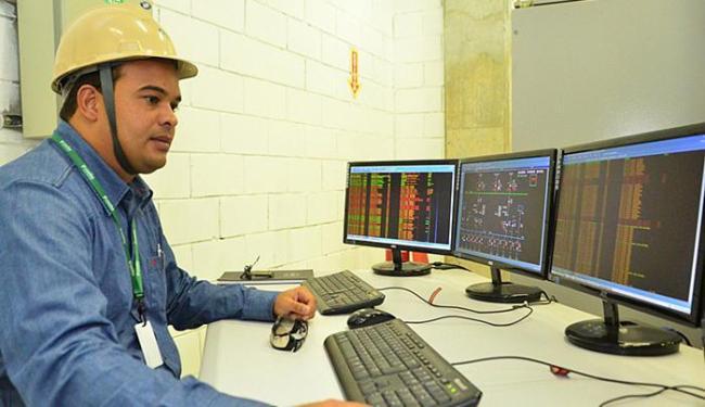 Operador observa equipamentos na mesa de controle - Foto: Bruno Winycius l Divulgação
