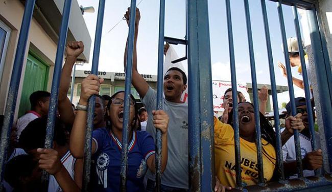 Alunos fecham Colégio Reitor Miguel Calmon, em Simões Filho, desde a última quinta-feira - Foto: Adilton Venegeroles l Ag. A TARDE