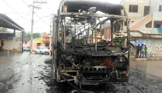 Coletivo foi queimado no final de linha de Paripe - Foto: Divulgação | Daniel Mota e Tito BTU