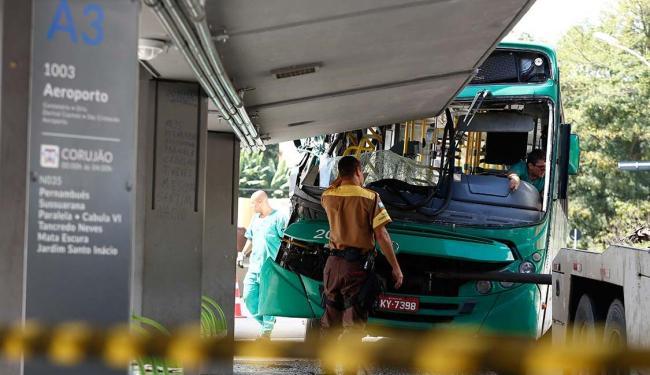 Em junho, um coletivo bateu em um ponto de ônibus na Estação da Lapa, deixando 5 feridos - Foto: Lucas Melo | Ag A TARDE | 07.06.2016