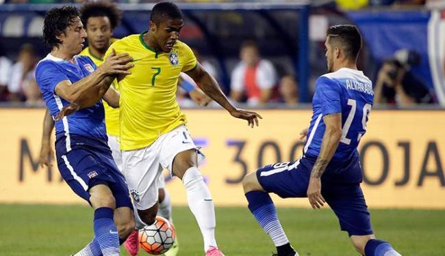 Douglas já havia sido cortado da Copa América Centenário, disputada em junho, por conta da lesão - Foto: Stephan Savoia   Ap Photo
