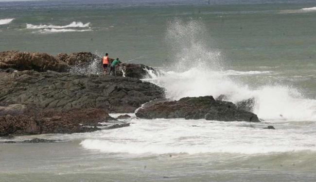 Em Ondina, pouca gente se arriscou a entrar no mar, diante da força das águas - Foto: Luciano da Matta   Ag. A TARDE