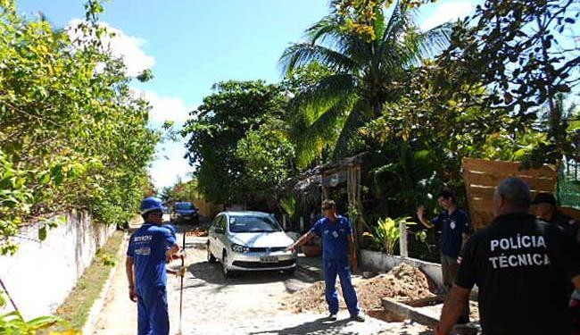 Equipe desinstala ligação clandestina em Itacimirim - Foto: Divulgação | Embasa