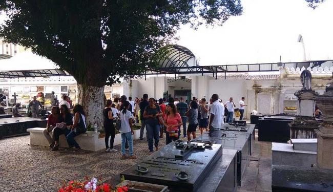 Corpo é velado por familiares e amigos do produtor no cemitério do Campo Santo - Foto: Edilson Lima | Ag. A TARDE