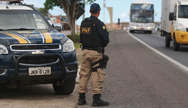 No primeiro dia de lei, a PRF flagrou condutores na BR-324 - Foto: Raul Spinassé / Ag. A Tarde