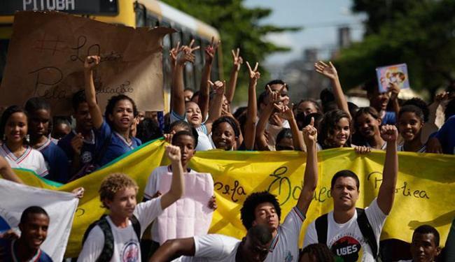Estudantes têm protestado contra falta de pagamento para tercerizados - Foto: Raul Spinassé   Ag. A TARDE