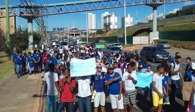 Na avenida Paralela, estudantes se concentram na altura do supermercado Extra - Foto: Joa Souza | Ag. A TARDE