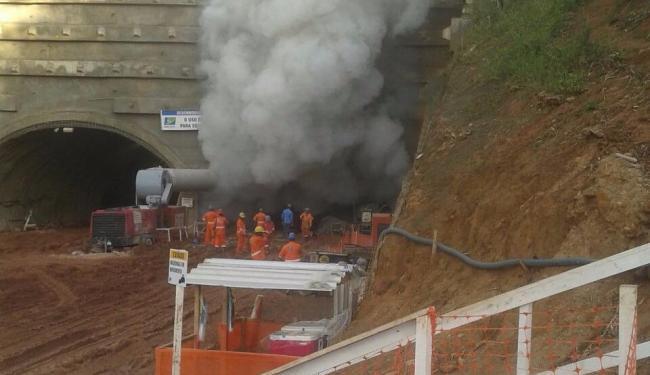 Compressor a diesel explodiu durante uma escavação do túnel. Ninguém se feriu gravemente - Foto: Cidadão Repórter | Whats App | Ag. A TARDE