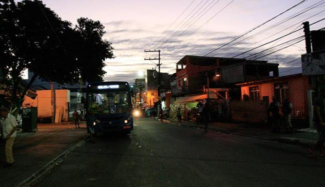 Fim de linha de Cosme de Farias ficou às escuras com o comércio fechado - Foto: Margarida Neide | Ag. A TARDE