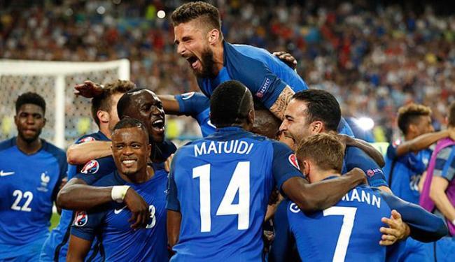 Jogadores franceses comemoram classificação à final da Eurocopa - Foto: John Sibley Livepic l Reuters