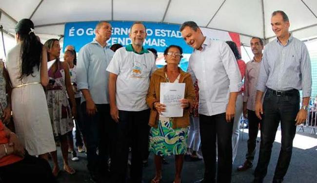 Governador Rui Costa durante entrega de títulos de propriedade em Alagados - Foto: Camila Souza | GOVBA