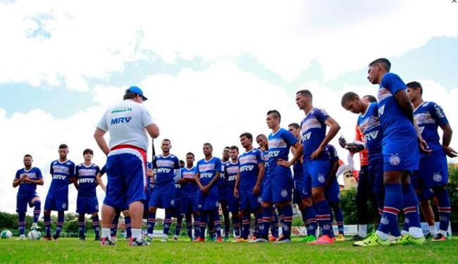 Guto Ferreira conversa com os jogadores antes de começar o treino no Fazendão - Foto: Felipe Oliveira   EC Bahia   Divulgação