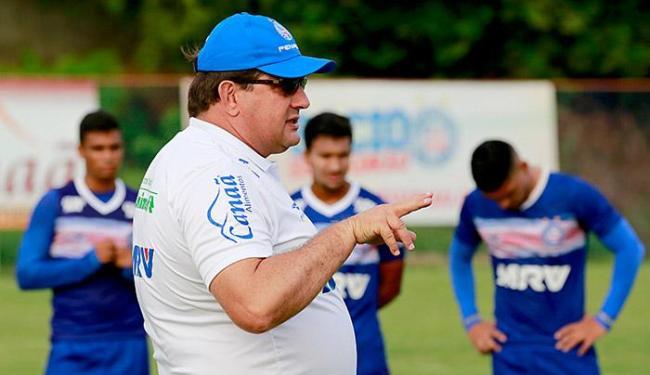 Guto Ferreira orienta jovens em treino no Fazendão - Foto: Felipe Oliveira l EC Bahia
