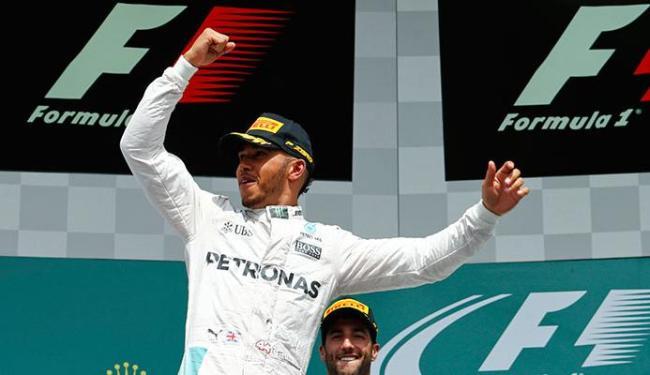 Hamilton comemora a vitória na prova e a liderança do campeonato - Foto: Ralph Orlowski | Hamilton