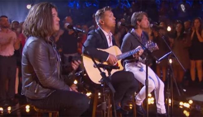 Os Hanson cantou a música que os levou ao estrelato - Foto: Reprodução