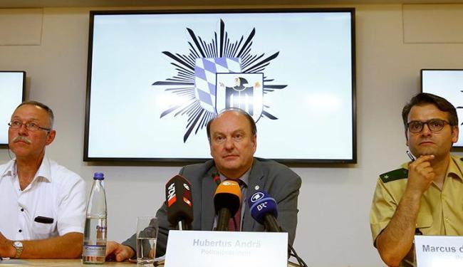 O chefe da polícia (C) frisou que o ataque não tem relação com a questão dos migrantes - Foto: Arnd Wiegmann l Reuters