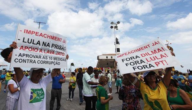 Manifestantes levaram cartazes contra o PT - Foto: Lúcio Távora   Ag. A TARDE