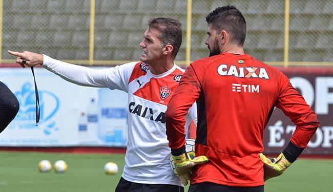 Mancini orienta Fernando Miguel, que volta ao time titular - Foto: Francisco Galvão l EC Vitória