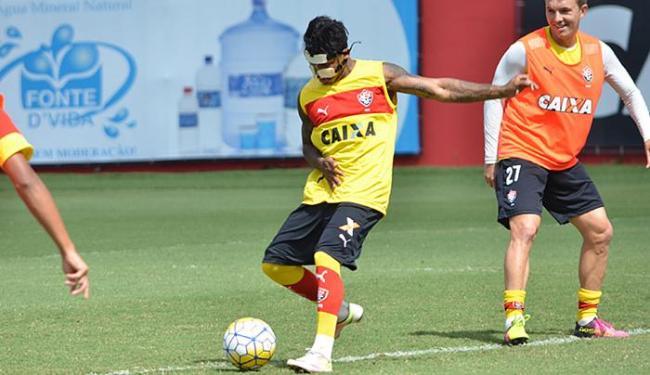 Marinho (E) treina com máscara de proteção ao nariz fraturado - Foto: Francisco Galvão l EC Vitória