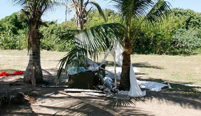 Crime aconteceu no coqueiral de Piatã, onde o morador vivia em uma barraca improvisada - Foto: Edilson LIma | Ag. A TARDE