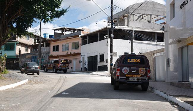 Ação da Rondesp Central prendeu, nesta segunda-feira, um suspeito na localidade de Curva do Boi - Foto: Edilson Lima   Ag. A TARDE