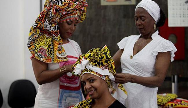 Oficina de turbantes abriu a programação do dia - Foto: Adilton Venegeroles l Ag. A TARDE