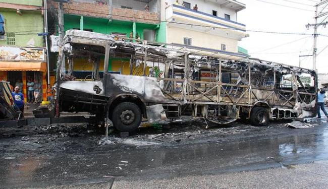 Só sobrou carcaça do ônibus após ataque de fúria da população - Foto: Margarida Neide | Ag. A TARDE