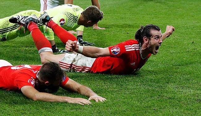 Jogadores do País de Gales comemora após classificação - Foto: Darren Staples Livepic l Reuters