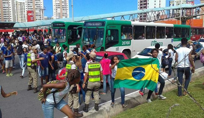 Estudantes se concentram em frente a um supermercado na Paralela - Foto: Joá Souza | Ag. A TARDE