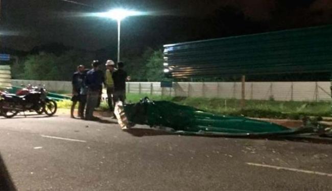 Placa da obra do metrô na avenida Paralela se soltou e atingiu um motociclista - Foto: Foto do leitor | Cidadão Repórter | Via WhatsApp