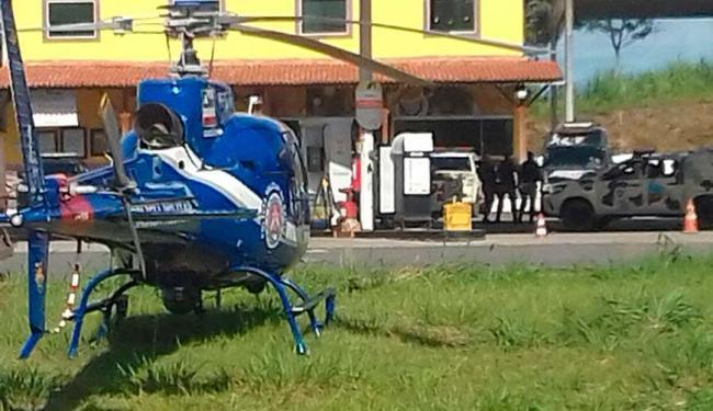 PM usou helicóptero nas buscas pelos criminosos em matagal na BR-324 - Foto: Joá Souza | Ag. A TARDE