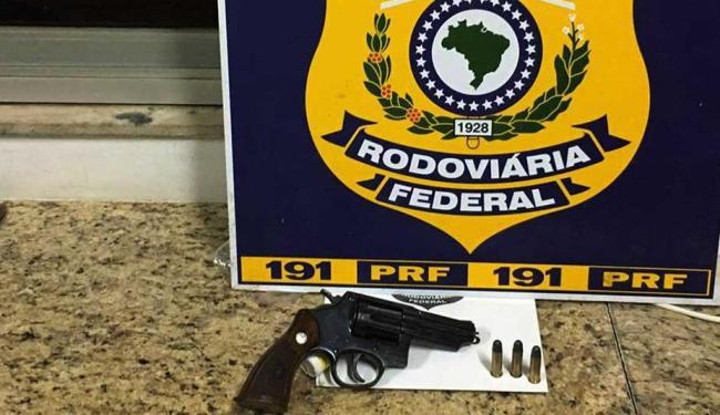 Um dos homens estava com arma dentro do carro - Foto: Divulgação | PRF