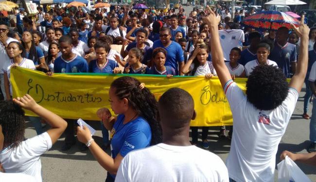 Protesto de estudantes fechou uma via em Paripe na manhã desta quinta-feira - Foto: Raul Spinassé | Ag. A TARDE
