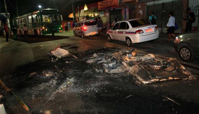 Moradores fizeram protesto após o tiroteio e fecharam o trânsito - Foto: Margarida Neide | Ag. A TARDE