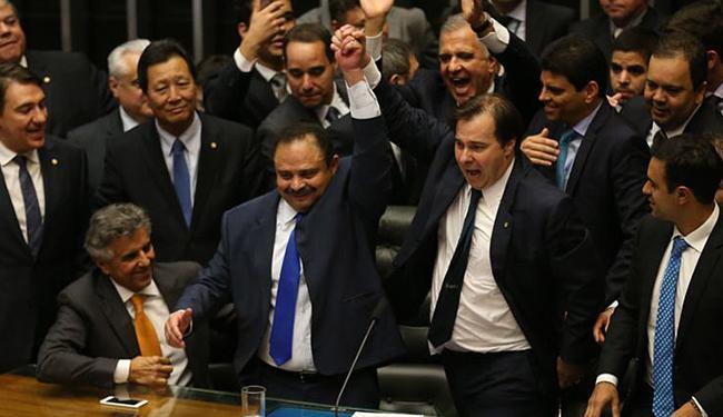 Maia (D) comemora a vitória na mais disputada eleição à presidência da Câmara de todos os tempos - Foto: Fabio Rodrigues Pozzebom l Agência Brasil