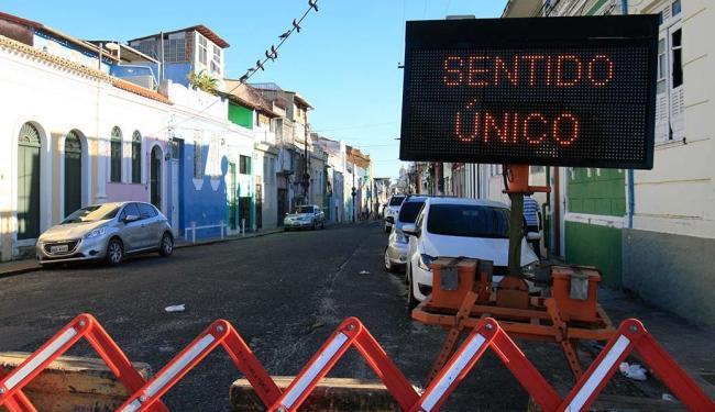 Painéis e barreiras foram instalados para alertar que a r. Direta do Santo Antônio agora tem sentido - Foto: Margarida Neide | Ag. A TARDE