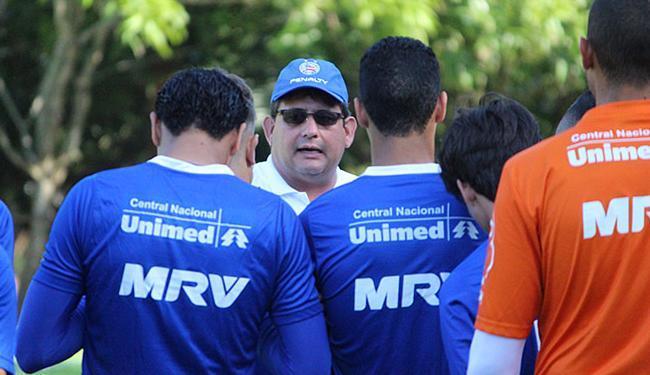 Técnico Guto Ferreira orienta seus comandados em treinamento na capital maranhense, São Luís - Foto: Divulgação l EC Bahia