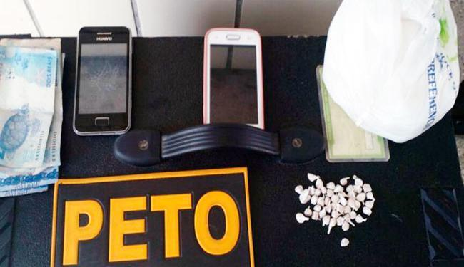Polícia apreendeu 46 pedras de crack, celulares, dinheiro e rolo de fio de energia na casa do casal - Foto: Reprodução | Teixeira News