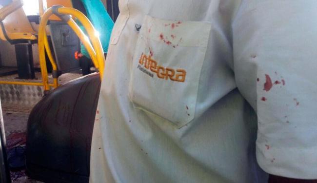 No ônibus, marcas de sangue podem ser vista pelo veículo e na camisa de um rodoviário - Foto: Divulgação | Sindicado dos Rodoviários