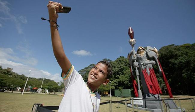 Maicol Ribeiro, 9 anos, aproveitou a chance para selfie com ícone - Foto: Raul Spinassé l Ag. A TARDE