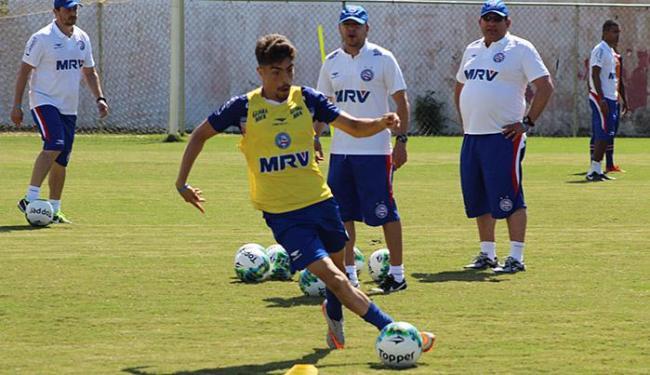Luisinho treina sob o olhar de Guto Ferreira (D) em Porto Seguro - Foto: EC Bahia l Divulgação