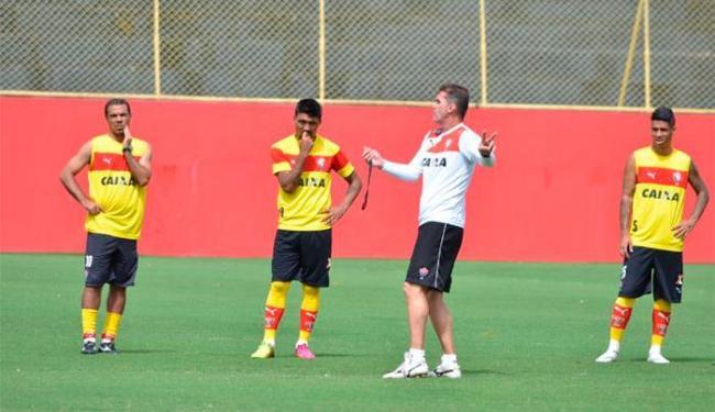 Mancini instrui jogadores durante a atividade no Barradão - Foto: Francisco Galvão | E.C.Vitória